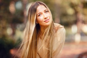 femme-blonde-yeux-bleus